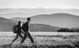 Couplez la hausse dans les belles montagnes le jour ensoleillé chaud Image stock