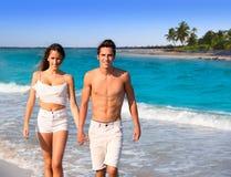 Couplez la jeune marche dans une plage des Caraïbes tropicale Photos stock