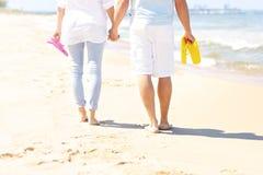 Couplez la marche à la plage et aux bascules électroniques de transport Image libre de droits