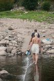 Couplez la marche dans le lac de frontière dans l'eau Images stock