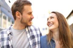 Couplez la marche en se regardant dans l'amour dans la rue photographie stock libre de droits