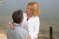 Couplez la marche sur la plage, marche de couples âgée par milieu heureux Image stock
