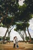 Couplez la marche sur la rue de Rome, Italie Photographie stock