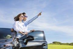 couplez la position près de la voiture et appréciez les vacances d'été images stock