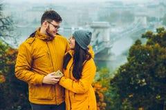 Couplez la position sur la colline dans la ville européenne d'un jour d'automne sur le fond Photo stock