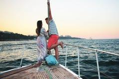 Couplez la position sur le nez du yacht de bateau Image libre de droits