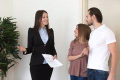 Couplez la réunion avec l'agent immobilier, propriété de construction nouvelle pour le loyer photographie stock libre de droits