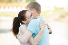 Couplez la réunion sur la rue et embrasser un un autre étroitement Photos libres de droits