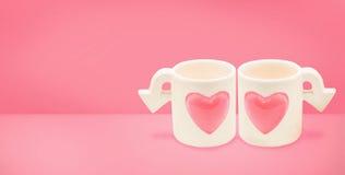 Couplez la tasse de cupidon d'amour sur le concept de jour du ` s de Valentine minimalisme Photo stock
