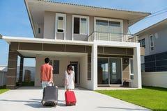 Couplez le bagage de traction pour se déplacer à la nouvelle maison Images stock