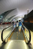 Couplez le déplacement à l'aéroport international d'Indore Dubaï d'escalator Photographie stock