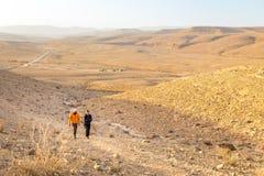 Couplez le désert du Néguev croissant de marche de colline de randonneurs, Israël Photographie stock