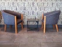 Couplez le fauteuil en bois de tissu bleu moderne avec la table au milieu photo libre de droits