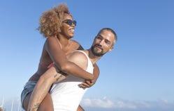 Couplez le ferroutage sur la plage pendant l'été Photographie stock