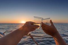 couplez le grillage avec deux verres de vin blanc donnant sur le s Images libres de droits