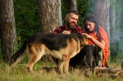 Couplez le jeu avec le chien de berger allemand extérieur, fond de forêt Images stock
