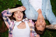 Couplez le mensonge sur une herbe en parc Photos libres de droits