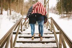 Couplez le parc de marche d'hiver sous le tissu de style de drapeau américain Photo libre de droits