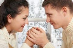 Couplez le portrait près de la fenêtre avec la saison d'hiver, habillée dans le blanc, le plan rapproché de visage, l'amour et le Photo stock