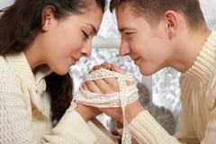 Couplez le portrait près de la fenêtre avec la saison d'hiver, habillée dans le blanc, le plan rapproché de visage, l'amour et le Photos libres de droits