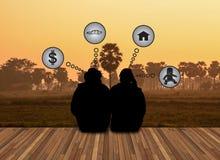 Couplez le rêve d'amour au sujet de l'avenir sur le backgrouapnd de landsce Photographie stock libre de droits