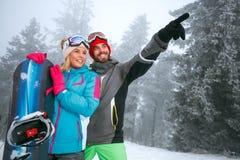 Couplez le surfeur appréciant à la station de sports d'hiver dans la montagne Photos libres de droits