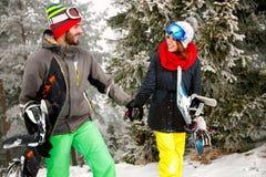 Couplez le surfeur appréciant dehors à la station de sports d'hiver dans le mounta Photo stock