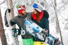 Couplez le surfeur ayant l'amusement dans la forêt d'hiver de brouillard Photographie stock libre de droits