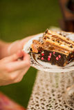 Couplez le thé potable en parc sous un arbre Photographie stock libre de droits