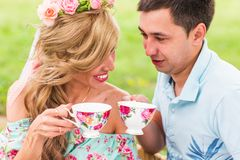 Couplez le thé potable sur le pique-nique en parc, chez homme et femme avec la tasse dehors sur la datation Concept de l'amour ma Image libre de droits