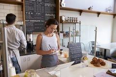 Couplez le travail derrière le compteur à un café, fermez-vous  photo libre de droits