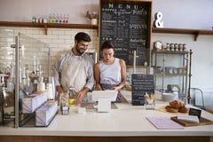 Couplez le travail ensemble au jusqu'dedans à un café image stock