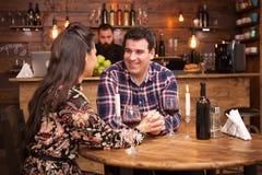Couplez le vin rouge potable et partager un beau moment dans un bar de hippie photos libres de droits