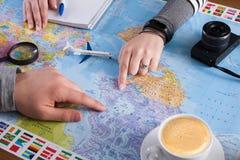 Couplez le voyage de planification au Canada, point sur la carte Photographie stock libre de droits