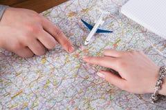 Couplez le voyage de vacances de planification en Europe, mains et fond de carte Photographie stock