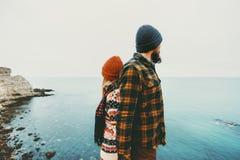 Couplez les amants homme et les dos debout de femme ensemble aiment et voyagent Images libres de droits