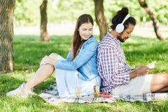 Couplez les amis appréciant le pique-nique d'été images libres de droits
