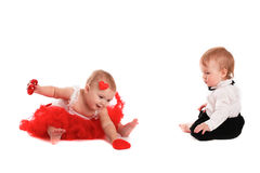 Couplez les bébés de fille et de garçon jouant avec la valentine de concept de coeurs Photographie stock libre de droits