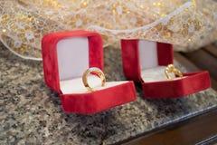 Couplez les bagues à diamant dans la boîte rouge de velours, pour l'amour ou la valentine Co Image libre de droits
