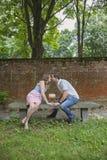 Couplez les baisers au-dessus du gâteau célébrant un anniversaire d'an photo libre de droits