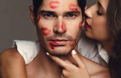 Couplez les baisers de mani?re romantique photographie stock libre de droits