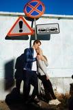 Couplez les baisers et les étreintes sous le signe de la route interdiction, une attention particulière collision et confrontatio photos stock