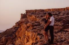 Couplez les baisers le soir sur le bord de la mer Photo stock