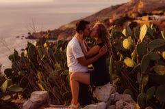 Couplez les baisers le soir sur le bord de la mer Images stock