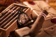 Couplez les boîtes de cigares fins - un grand cadeau de meilleur ami photographie stock libre de droits