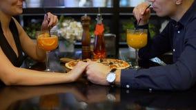 Couplez les cocktails potables dans le restaurant banque de vidéos