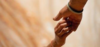 Couplez les mains de prise, aide en surmontant des obstacles Photo libre de droits