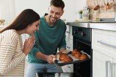 Couplez les petits pains de cuisson en four photos libres de droits