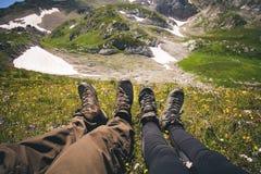 Couplez les pieds homme et femme dans la détente d'amour extérieure Photos libres de droits