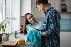 Couplez les plats de lavage ensemble après dîner, une vie de famille heureuse Photographie stock libre de droits